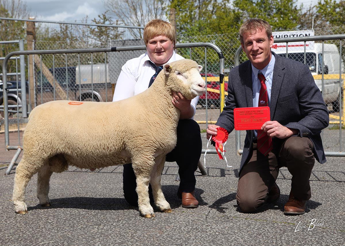 Downkillybegs Xaco, X106 with Karen Carson (left) & Stephen West, Signet Breeding Consultant & AHDB Beef & Lamb Breeding Specialist (right)